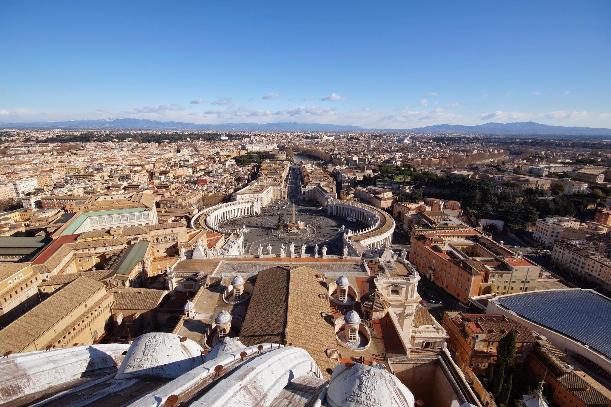 Η πλατεία του Αγίου Πέτρου και η Ρώμη από την κορυφή του τρούλου της Βασιλικής (Φωτογραφία Νίκος Πράσσος)
