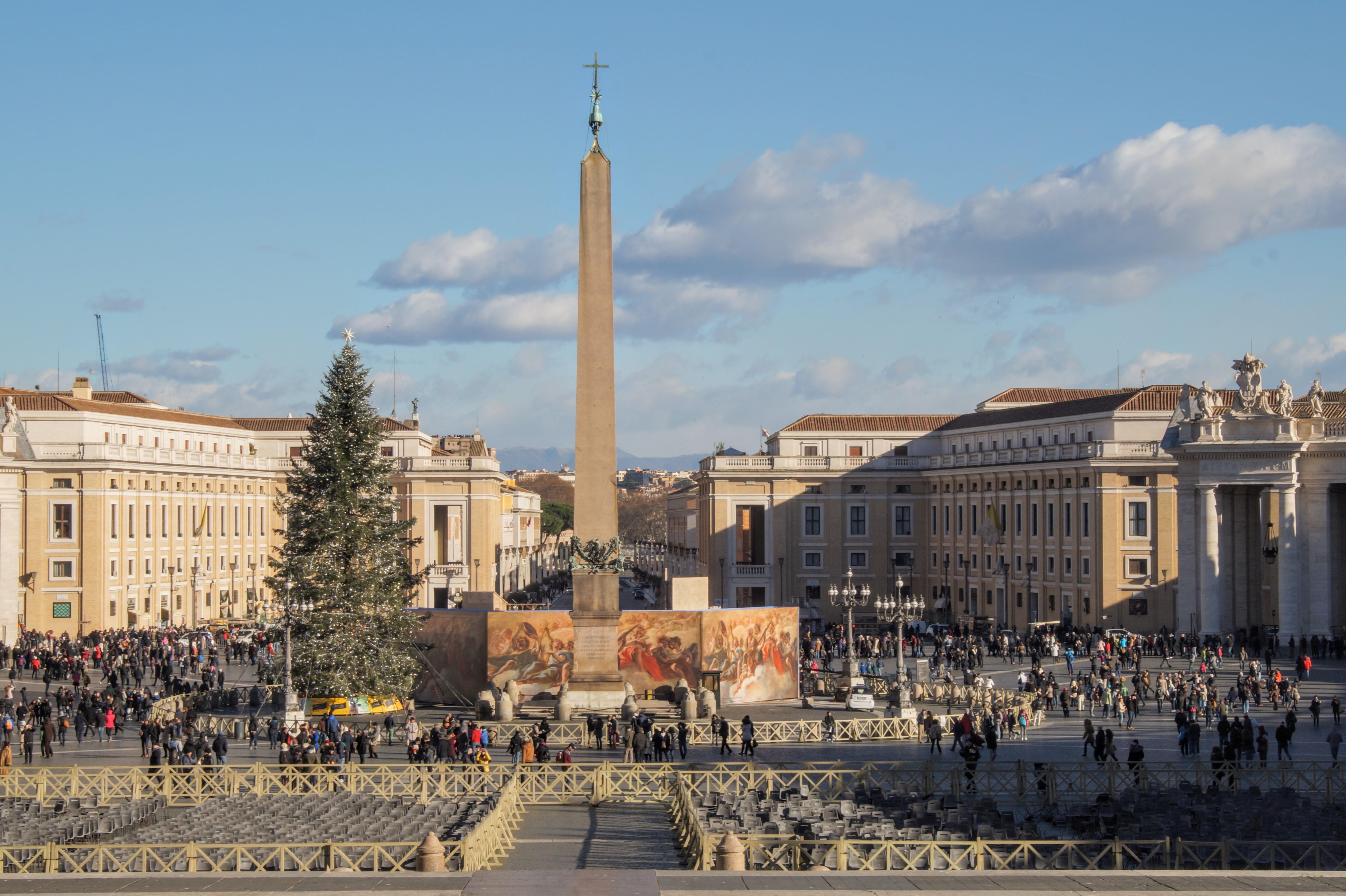 Ο οβελίσκος και η Πλατεία του Αγίου Πέτρου από την έξοδο της Βασιλικής (Φωτογραφία Νίκος Πράσσος)